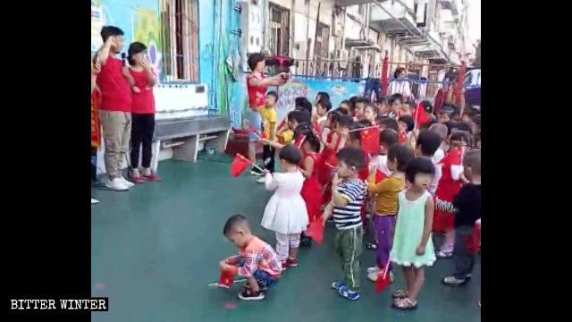 孩子們在老師的帶領下宣誓效忠祖國