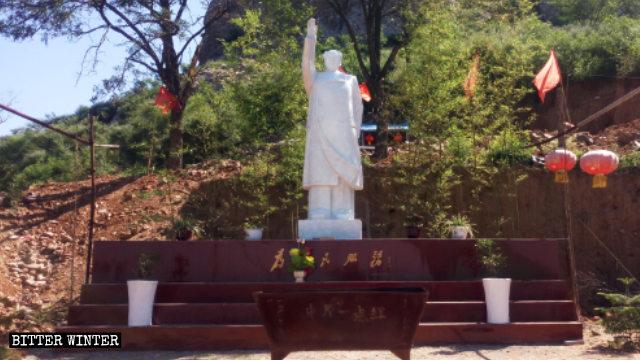「中原一點紅」廟外的露天毛澤東雕像