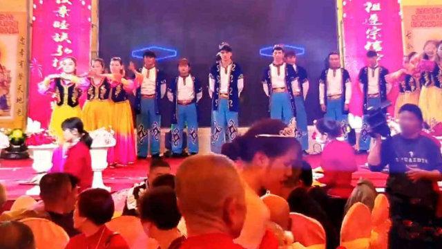 在晉江某村祠堂內表演節目的維吾爾人(知情人提供)