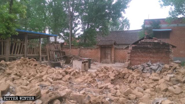 河南省內鄉縣灌漲鎮一貧困戶家房屋在「脫貧」運動中被拆毀