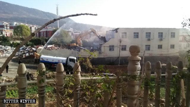 挖掘機正在拆除寺溝教堂