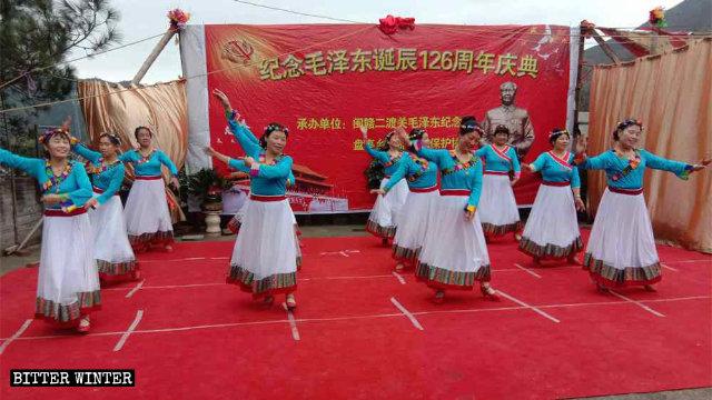 12月26日,江西上饒市民眾舉辦活動紀念毛澤東