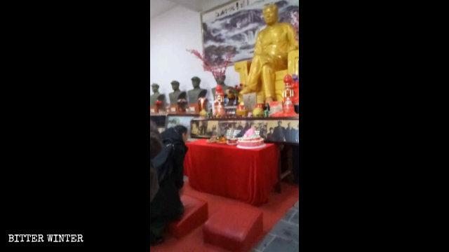12月26日,江西上饒市民眾跪拜毛澤東像