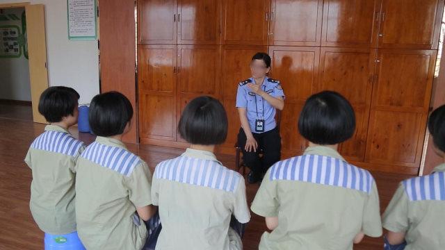 一名女獄警對女服刑人員進行洗腦教育(網絡圖片)
