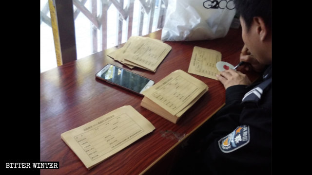 採血現場,警察在填寫「DNA數據庫人員信息表」