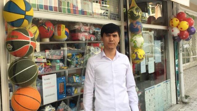 烏麥爾江·哈姆杜拉在伊斯坦布爾自己的書店前