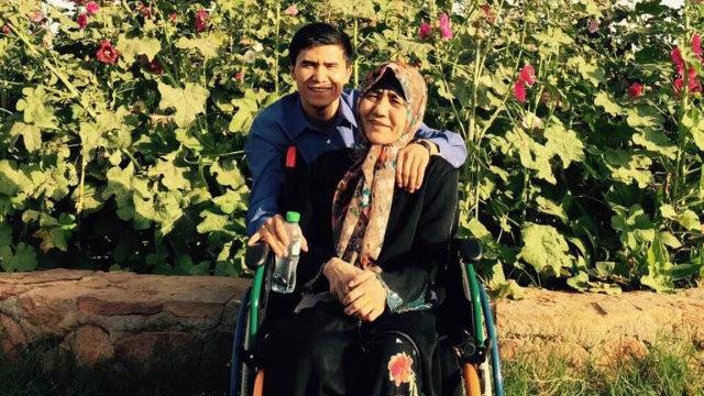 烏麥爾江與母親在庫爾勒合影的一張舊照