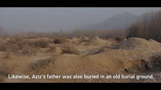 中國媒體報道稱阿齊茲的父親之前是被埋在一片沙堆裡,