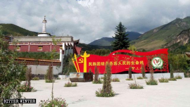 青海省佑寧寺外樹立著寫有習近平講話的大幅宣傳板