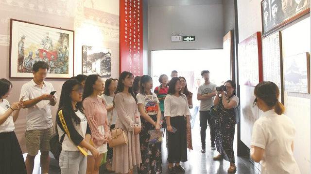 中國一所高校的思政課組織學生參觀紅色教育基地(網絡圖片)