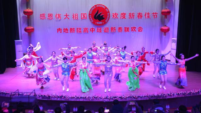 哈爾濱市十四中學新疆學生在春節聯歡會上表演(網絡圖片)