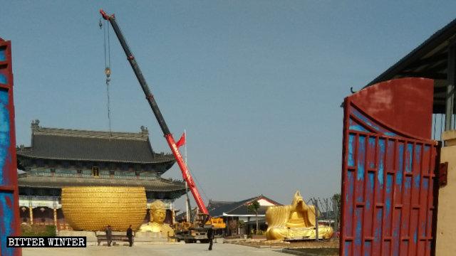 大佛寺內大佛像被拆成碎片