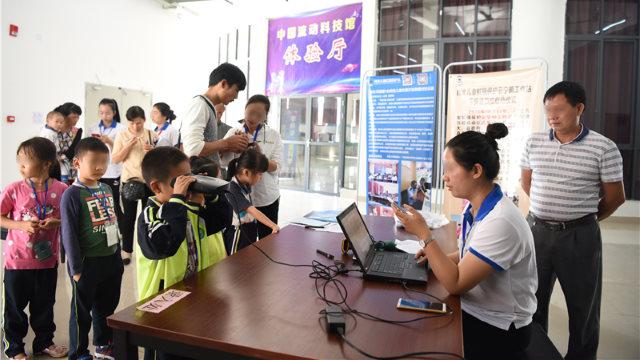 工作人員在一所小學為每個孩子錄入虹膜信息(網絡圖片)