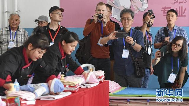 新華社登載的中外媒體採訪團記者在新疆墨玉縣再教育轉化營採訪囚犯
