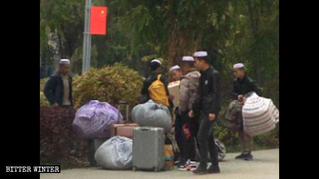 民和縣一清真寺内設學校的學生被要求收拾行李離開