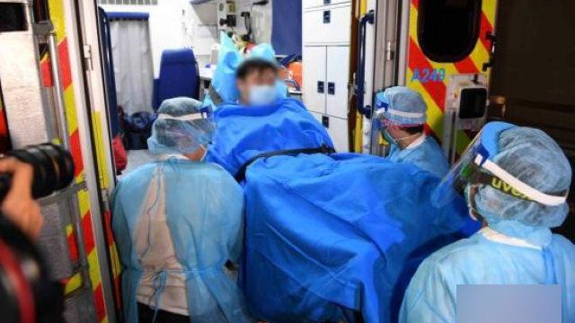 香港醫護人員正在轉移一名高度疑似感染武漢肺炎的患者(網絡圖片)
