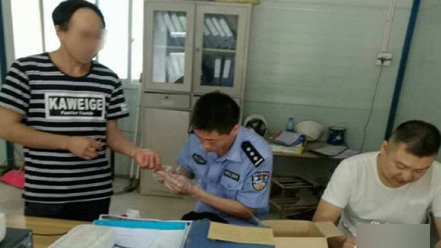 派出所警察正給居民採集血樣(網絡圖片)