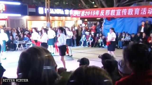 9月25日,石柱县举办的反「邪教」文艺活动