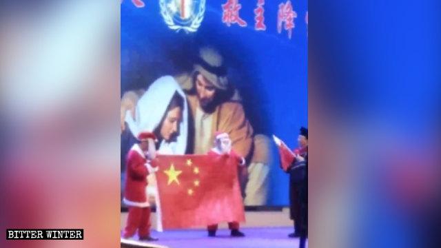 在節目中扮演「聖誕老人」的演員手持五星紅旗