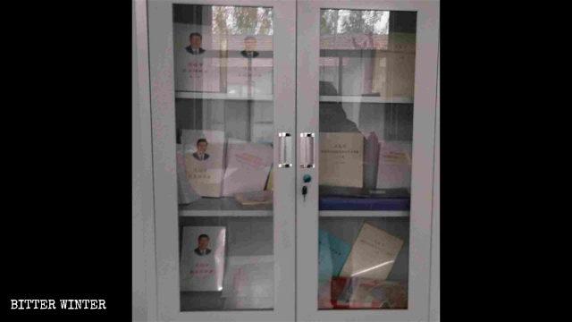 清真寺書櫃裡放著習近平的書籍