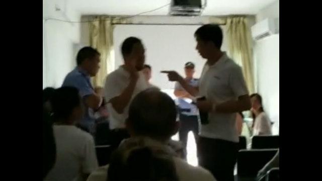 執法人員闖入正在進行主日敬拜的教會(視頻截圖)