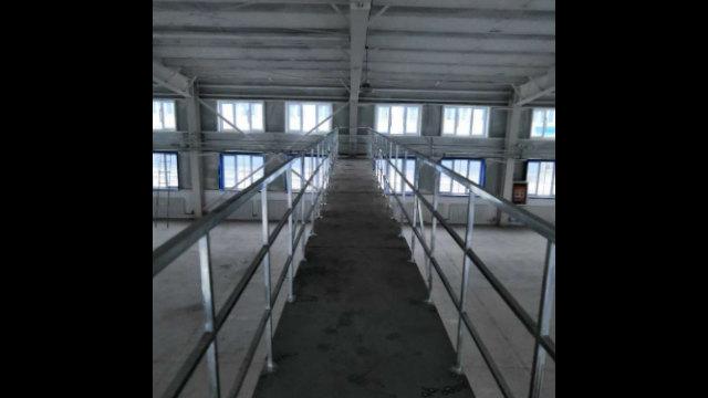 北疆地區一處轉化營內的廠房上部設計有橫跨的「橋」,警察可以在上面巡視、監工