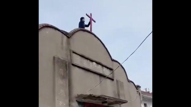 武汉肺炎爆发期间,安徽省蚌埠市淮上区一聚会场所十字架被拆(推特)
