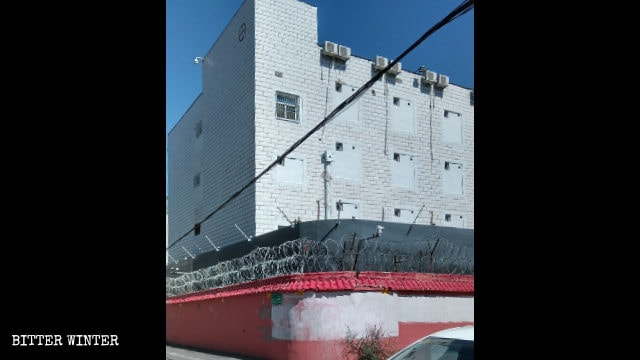 一處公寓被用作教育轉化營,所有大窗戶全用磚塊封死