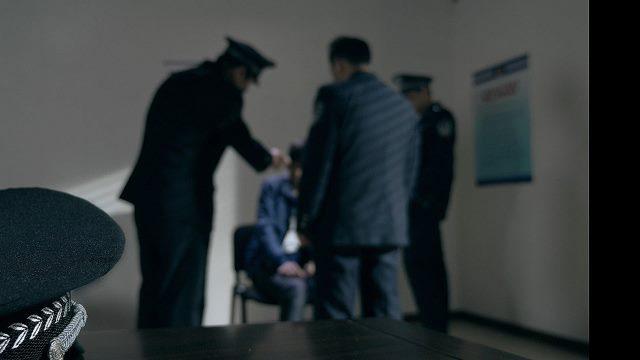 警察正在審訊(網絡圖片)