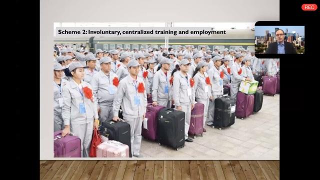 鄭國恩正在解說,維吾爾青年男女身穿統一工裝,拖著配套的箱包,準備遠赴中國內地,為西方知名品牌生產服裝和手機。