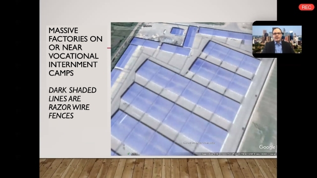 鄭國恩正在展示教育轉化營內或附近在建的工廠衛星影像圖片