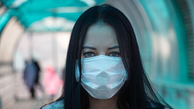 新冠肺炎爆發期間在街上戴著口罩的人(https://www.vperemen.com - CC BY-SA 4.0)