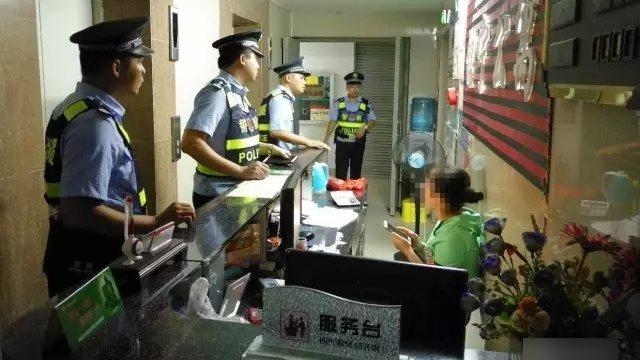 警察檢查酒店(網絡圖片)