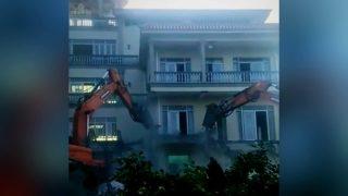中共嚴打藏傳佛教:300警力強拆民宅佛堂 藏式佛塔被改造