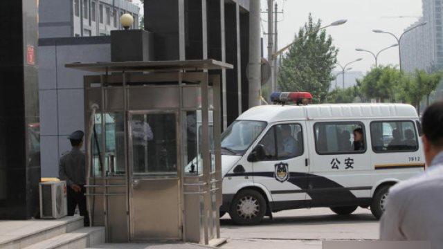 警察在押送被捕的人(網絡圖片)