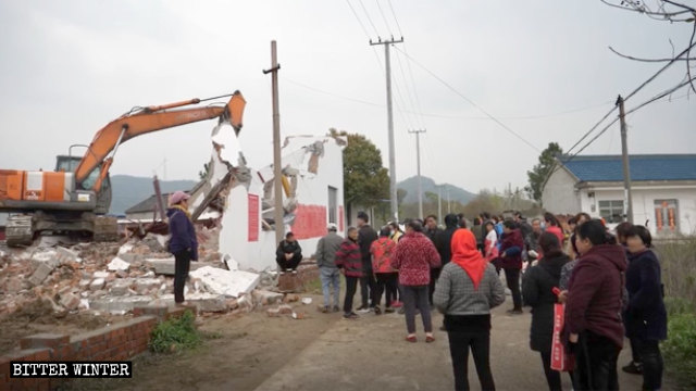 挖掘機正在拆除龍華聖寺