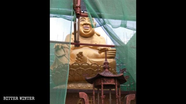 青島市棗杭公園彌勒佛此前曾遭政府用鋼管和紗網封存