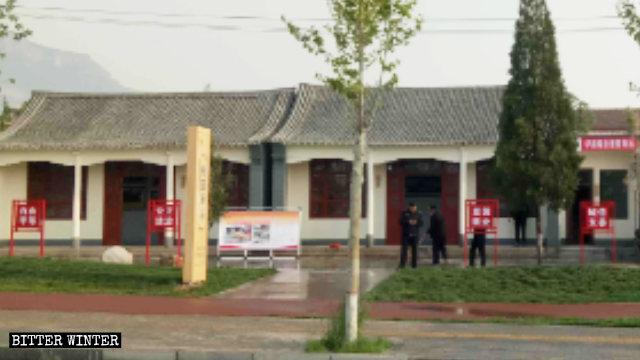 雲中寺被改為「桃園驛站」,寺外遍佈社會主義價值觀標語