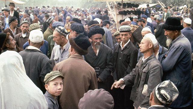 新疆喀什某市場內的維吾爾人和漢族人