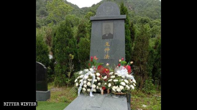 墓碑上的「神父」二字被移除