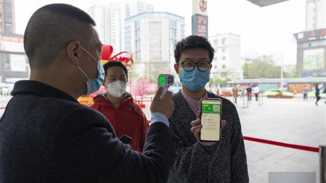 湖北省襄陽市一商場入口市民正在出示健康碼(網絡圖片)