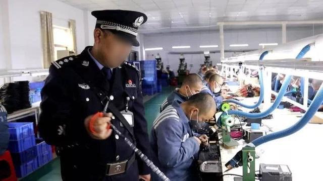 獄警正監督服刑人員在監區車間工作(網絡圖片)