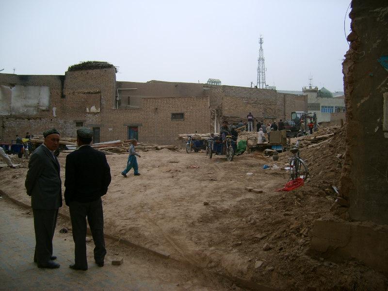 人們清理城裏一所舊房子的瓦礫,將可用的東西拉到城外的新址。喀什 2012年
