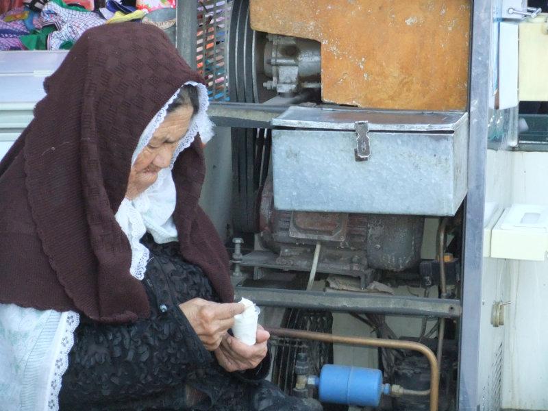 這位婦人在吃自製的冰淇淋,那時她還可以戴有特色的喀什面紗。喀什 2012年