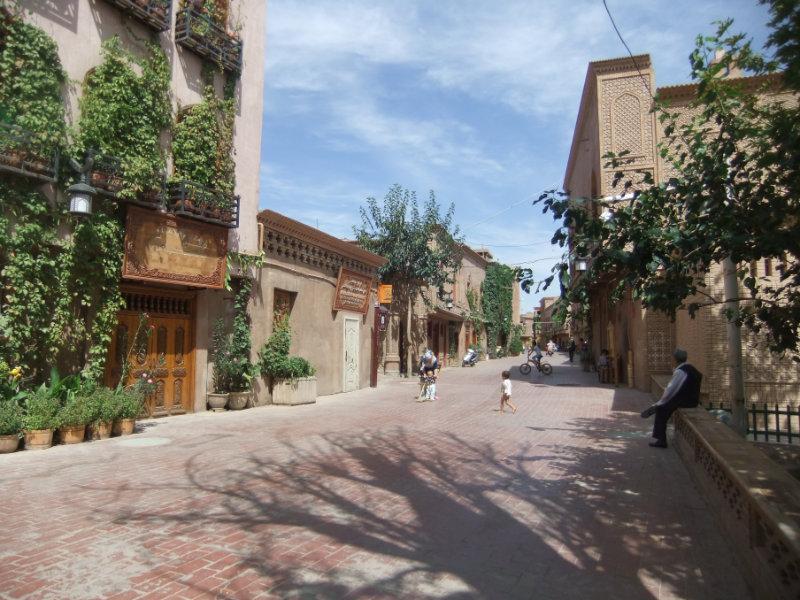 整條街被拆除,用以建造寬闊的馬路和南歐地中海風格的門面。對於湧入該地區的成千上萬名中國漢族遊客來說,喀什已經「變得安全」了。喀什 2016年