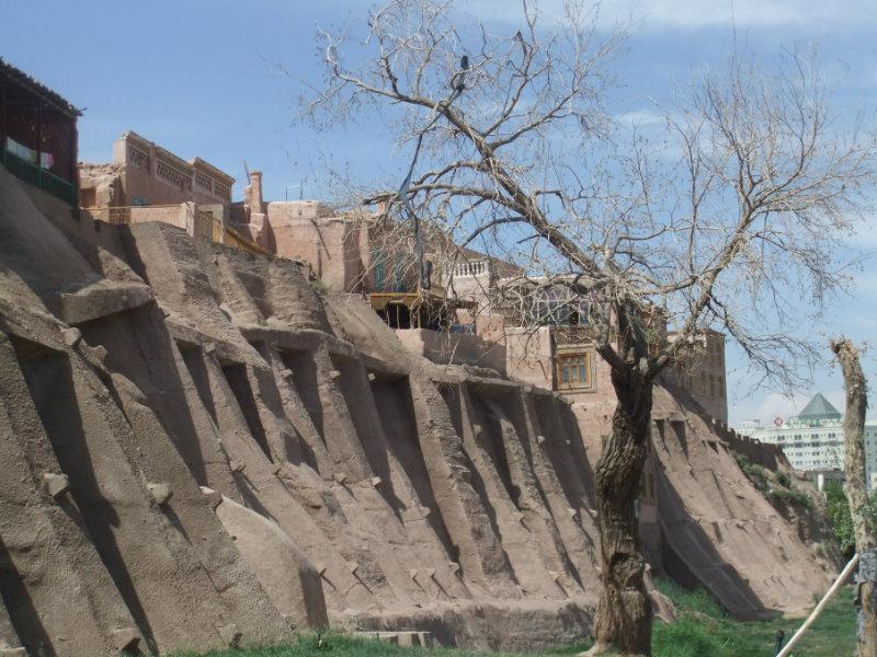 用水泥和灰泥粉刷、改造後的喀什老城牆。喀什 2016年
