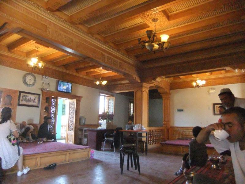 改造後的百年茶館。之前這裡是男人們可以喝茶、解決煩惱、遠離婦女的一個陰暗、有些破舊的小茶館,現已被改造為完美的遊客陷阱(專為詐取遊客金錢而存在的場所),成隊的漢族遊客可以在這裡喝貴得離譜的、具有異國情調的茶,聽迎合他們口味的音樂和拍攝當地人的生活。喀什 2016年