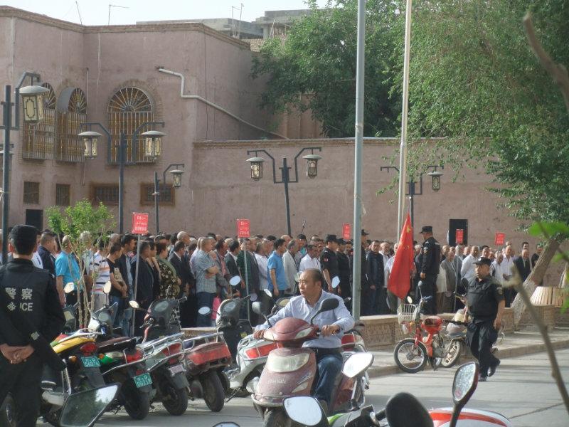 嚴密監控和強硬鎮壓的開始。喀什老城區週一早晨8點開始的強制性集會和升國旗,所有的遲到者都會被帶走,並接受再教育。喀什 2016年