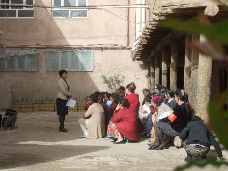 針對婦女的早晨強制學習,沒有人戴頭巾。新規定禁止蓋頭,但一些老年婦女可以戴民族特色小帽朵帕。喀什 2016年
