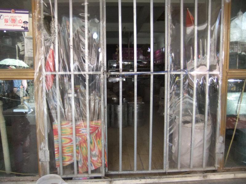 在新的監控國裡,鐵柵欄後的生意。喀什 2018年